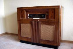104765meuble-radio-phono-philips.jpg
